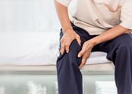 무릎 통증 심하다면 인공관절수술 고려해봐야
