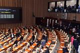 [포토] 세월호 선체조사위원 선출안 투표하는 의원들