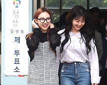 생애 첫 대통령 선거 투표 마친 트와이스 지효-나연