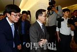[포토] 비공개 장소로 이동하는 김상조-권오현