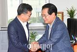 [포토] 악수하는 김동연-백재현