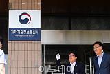 [포토] 활짝웃는 유영민 장관, 김용수 차관