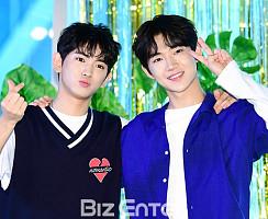 이의웅-안형섭, 하트+브이 '심쿵 애교2단 콤보'
