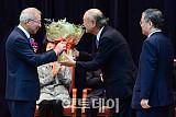 [포토] 양승태 대법원장, 지인 꽃다발에 웃음꽃