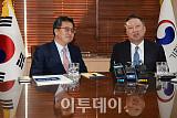 [포토] 청사 집무실서 만난 김동연-박용만