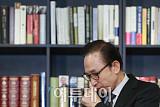 [포토] 기자회견 중 기침하는 이명박
