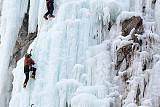 [포토] 사이좋게 빙벽 오르는 시민들