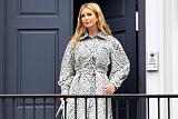 이방카 오늘 방한, 출국길 오른 이방카 패션 포착 '도트무늬 코트, 파란 스트랩샌들'