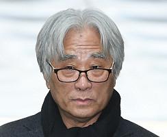 '상습성추행' 이윤택, 영장실질심사 위해 법원 출석