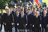 [포토] 제헌절 맞아 현충탑 참배하는 국회의장단 및 의원들