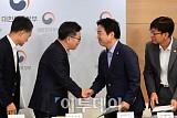 [포토] 브리핑 마치고 악수하는 김동연-홍종학