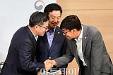 [포토] 브리핑 마치고 악수하는 김동연-김상조