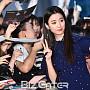 한효주, '팬과 귀여운 표정으로 사진 남겨요'