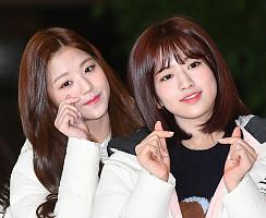 아이즈원 장원영-안유진, '얼굴도 하트도 빼꼼'