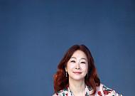 SBS 유영미 아나운서, 뉴스 Queen 내려놓고 시니어와 동백꽃처럼 피다