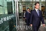 [포토] 남북출입사무소 통해 입경하는 김연철 통일부 장관