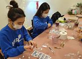 bhc치킨 '해바라기 봉사단', 미혼모 보호시설을 위한 선물 키트 제작