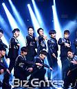 소년24 유닛 옐로우+스카이, 조명 아래 칼군무