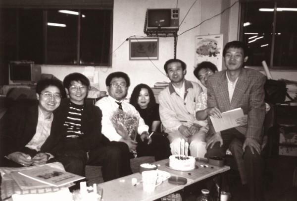 ▲1996년 어느날 5월시 동인 이영진 시인의 생일을 맞아 작가회의 사무실에서