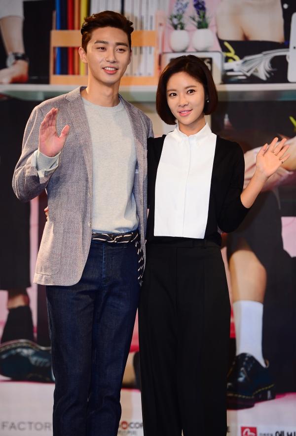 ▲배우 박서준(왼쪽)과 황정음이 14일 오후 서울 마포구 상암MBC에서 열린 MBC 새 수목드라마 '그녀는 예뻤다' 제작발표회에서 포토타임을 갖고 있다. (뉴시스 )