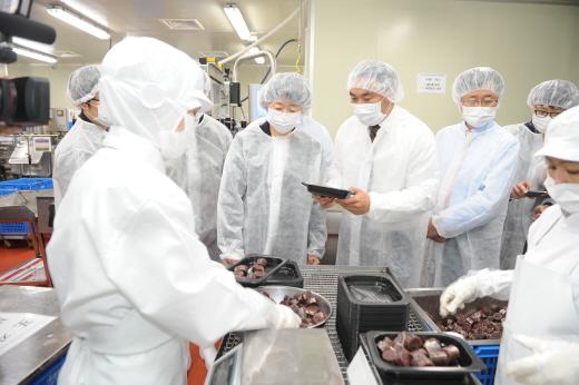 ▲김승희 식약처장이 경기 파주시에 위치한 보승식품을 방문해 제조현장을 둘러보고 있다.(사진=식약처)