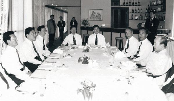 ▲1996년 김영삼 대통령 남미 순방 당시 수행한 필자(왼쪽에서 세 번째).