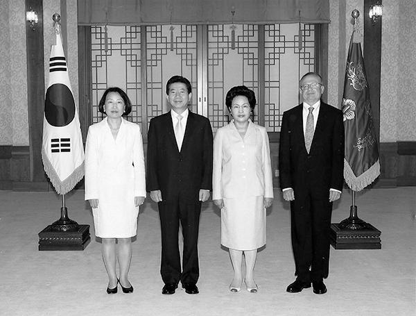 ▲김영희 대사 신임장 제정(2005. 9), 노무현 대통령 내외와 김영희 대사 부부.
