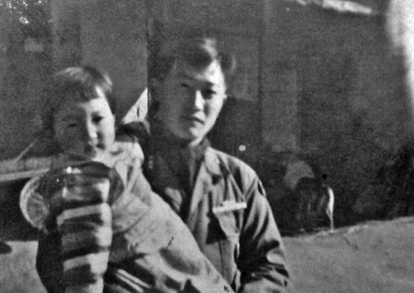 ▲아기 때 큰 오빠 김한준 대위의 품에 안겨서. (6·25전쟁 당시)