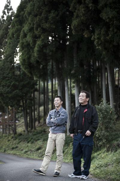 ▲2011년 가을의 일본 효고현에서의 어느 날. 미야지 게이스케 조디아골프 대표(왼쪽)와 지바 후미오가 어딘가를 주시하며 이야기를 나누고 있다. (사진제공=일본 조디아골프)