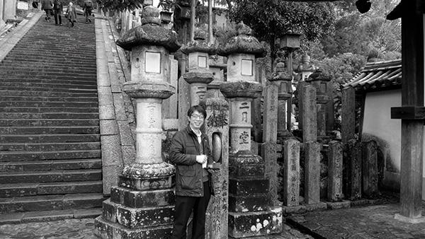 ▲지난해 12월 동대사(東大寺) 이월당 앞에서 혀병두 교사의 모습.