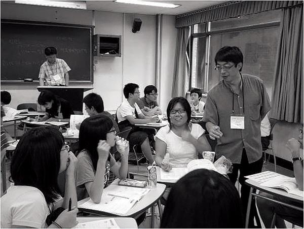 ▲책따세(책으로 따뜻한 세상 만드는 교사들) 청소년 봉사학교에서.