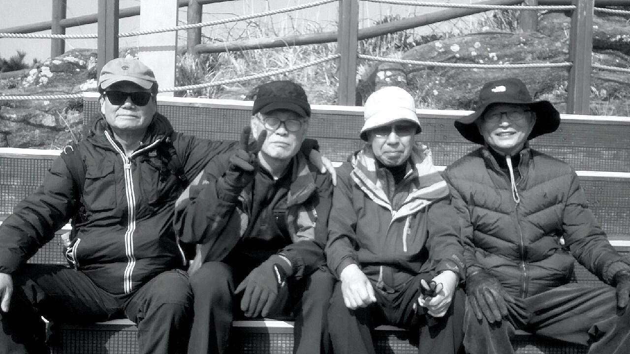 ▲지난 3월 초 대학 친구들과 제주도에서. (맨 오른쪽이 필자)(김민환 고려대 명예교수)