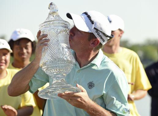 ▲4일(한국시간) 셸 휴스턴 오픈에서 우승한 짐 허먼이 우승컵에 입맞춤하고 있다. 이날 휴먼은 세계랭킹을 123계단이나 끌어올렸다. (AP뉴시스)