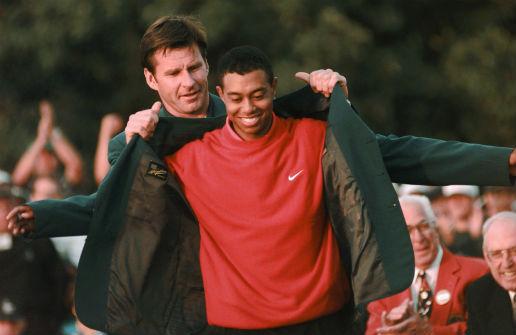 ▲1996년 마스터스 챔피언 닉 팔도(왼쪽)가 1997년 마스터스에서 우승한 타이거 우즈(오른쪽)에게 그린재킷을 입혀주고 있다. (AP뉴시스)