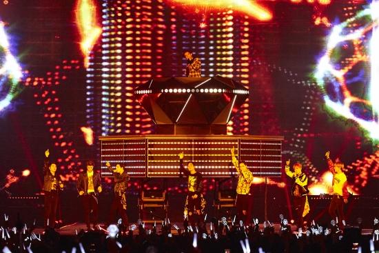 ▲지난해 11월 아이돌그룹 엑소가 일본 도쿄돔에서 멋진 무대를 선보이고 있다. (사진제공=SM엔터테인먼트)