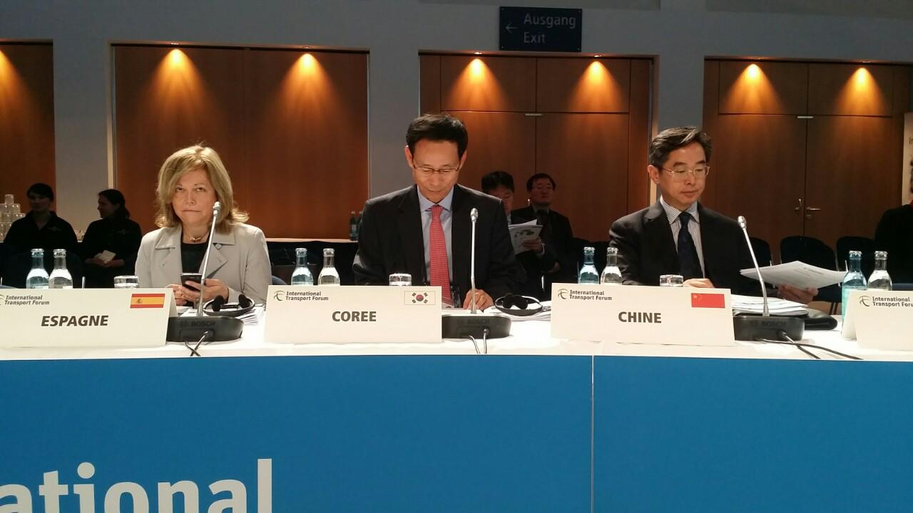 ▲최정호 국토부 2차관(가운데)이 19일 독일 라이프치히에서 열린 경제협력개발기구(OECD) 국제교통포럼(ITF)에 참석하고 있다.(국토교통부)
