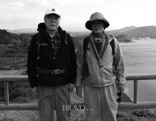 ▲소설가 김훈(오른쪽)과 함께 제주도에서. 김훈은 신문사 후배다.