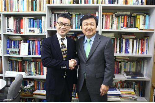 ▲한양사이버대 서구원 교수와 리츠메이칸대 가나야마교수(제공=한양사이버대학교)