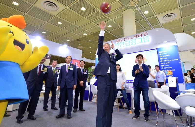 (24일 임종룡 금융위원장이 신한은행 전시부스에서 농구공 넣기 이벤트를 체험하고 있다. 신태현 기자 holjjak@ )