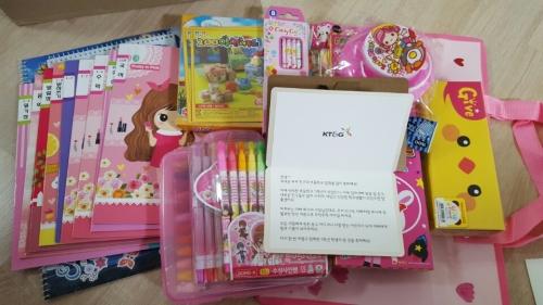 ▲KT&G는 지난 3월 입학시즌을 맞아 임직원의 자녀 중 초등학교에 입학하는 174명의 어린이에게 CEO가 직접 작성한 축하카드와 학용품세트를 발송했다.(사진제공 KT&G)