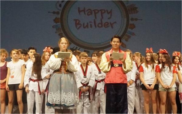 ▲코리아-폴란드 하모니 페스티벌 에서 대학생봉사단원과 14번 학교 학생들의 피날레 공연 모습. (제공=포스코건설)