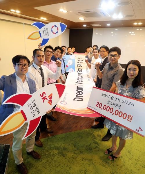 ▲드림벤처 스타 2기로 선발된 10개 벤처기업가들이 2015년 9월 1일 대전창조경제혁신센터에서 출범식을 갖고 힘찬 도약을 다짐하고 있다. (사진제공 SK그룹)