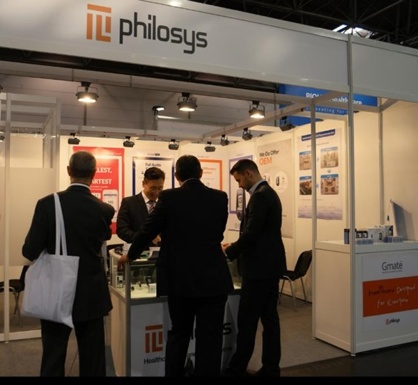 ▲필로시스가 지난달 두바이 의료기기 박람회 메드랩에서 제품을 홍보하고 있다.(사진제공=필로시스)
