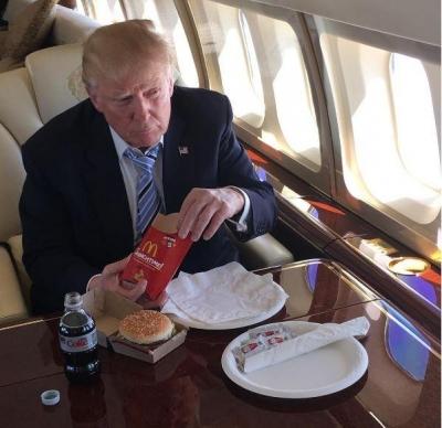 ▲도널드 트럼프 미국 대통령이 비행기 안에서 맥도날드 햄버거로 식사를 하고 있다. 출처 트럼프 인스타그램