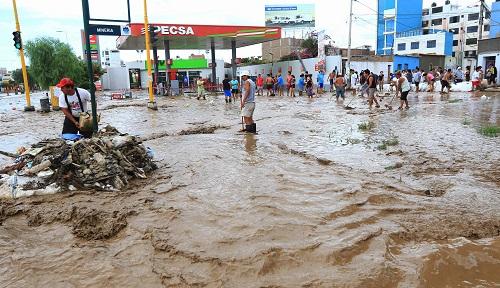▲페루 리마 시민들이 불어난 불 위에서 복귀활동을 하고 있다. (연합뉴스)