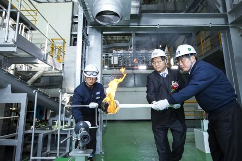 ▲KCC 김천공장에서 정몽진 KCC회장(가운데)이 4월부터 상업생산에 들어갈 그라스울 1호기에 화입하고 있다.(사진제공=KCC)