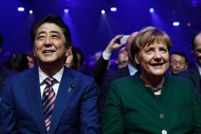 ▲일본의 아베 신조 총리(왼쪽)과 독일의 앙겔라 메르켈 총리(오른쪽)이 독일 하노버에서 열린 정보통신 박람회 세빗(CeBIT) 2017 개막행사에서 만났다. 출처 = AFP연합뉴스