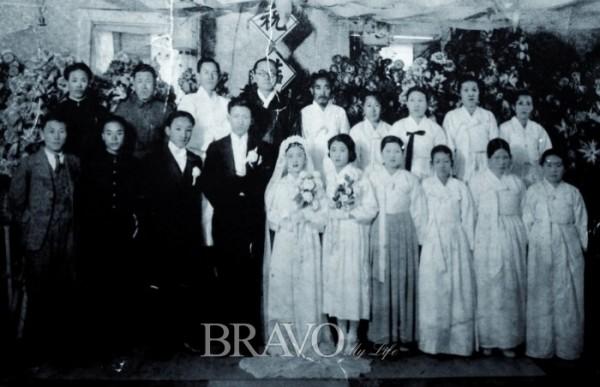 ▲1940년 노작의 큰아들 홍규선의 결혼식 사진. 춘원 이광수 선생이 주례를 봤다. (사진=이준호 기자 jhlee@)(브라보마이라이프DB)