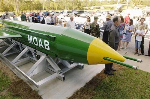 ▲미군이 실전 첫 투입한 초대형 폭탄 'GBU-43'. 별칭은 '모든 폭탄의 어머니'. 출처 AP뉴시스