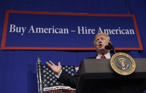 ▲도널드 트럼프 미국 대통령이 18일(현지시간) 이른바 '미국산을 사고 미국인을 고용하자'는 내용의 행정명령에 서명하고 나서 연설하고 있다. AP뉴시스